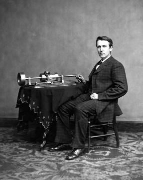 Thomas Edison con il primo prototipo di fonografo